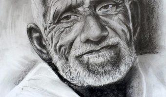 Kohleportrait von Inga Mihailovic – Alter Mann im weißem Hemd, 2014, 40x60 cm